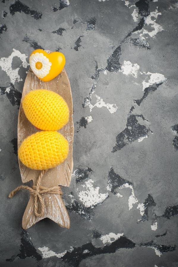 Gelbe gewirkte Ostereier und Herz lizenzfreie stockbilder