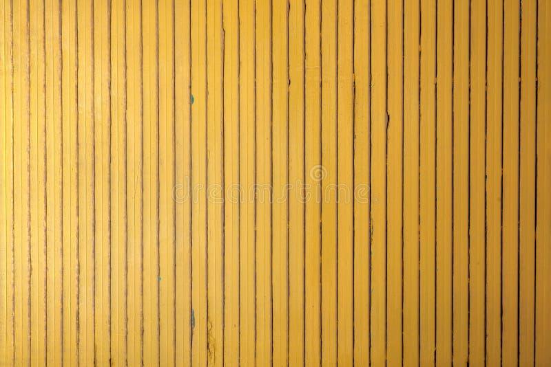 Gelbe hölzerne vertikale Wand der dünnen Streifen lizenzfreie stockfotografie
