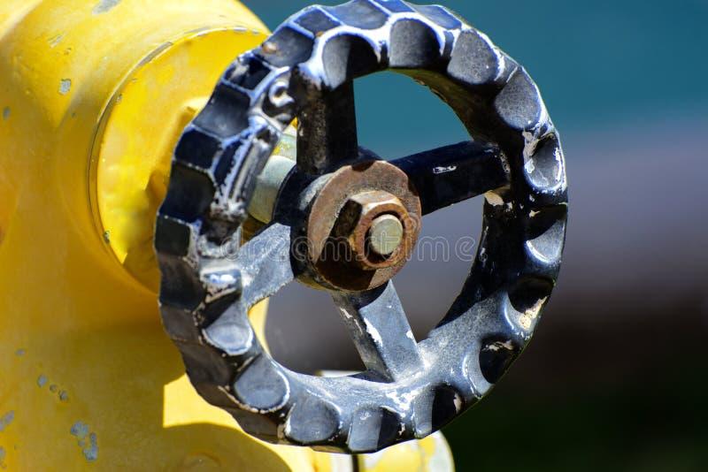 Gelbe Hydrantverbindungen Hydrant oder Feuerlöschpumpe, stellt den Punkt der Verbindung dar, durch den Feuerwehrmänner HNO einmac lizenzfreie stockfotos