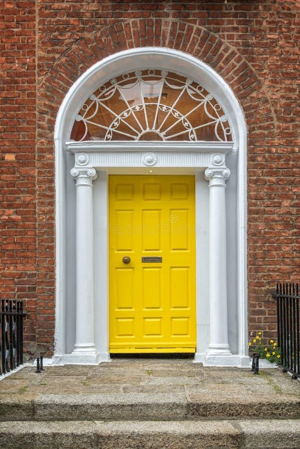 Gelbe klassische Tür in Dublin, Beispiel der georgischen typischen Architektur von Dublin, Irland lizenzfreie stockfotografie