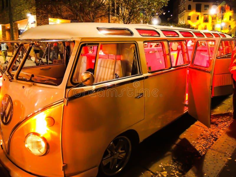 Gelbe klassische VW Käfer Sahnelimousine nachts lizenzfreies stockbild