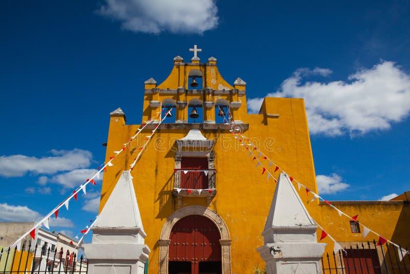 Gelbe Kolonialkirche mit einem tiefen blauen Himmel in Campeche, Mexiko stockfotos