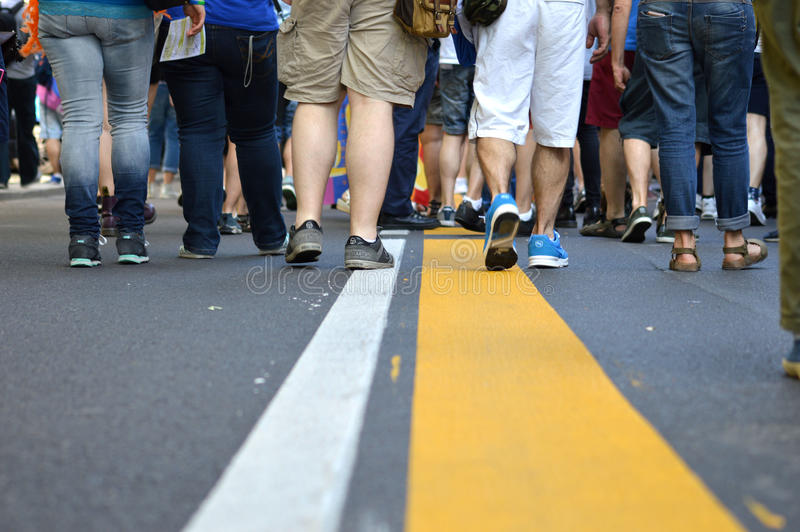 Gelbe Linie mit den Mengen, die entlang gehen stockfoto