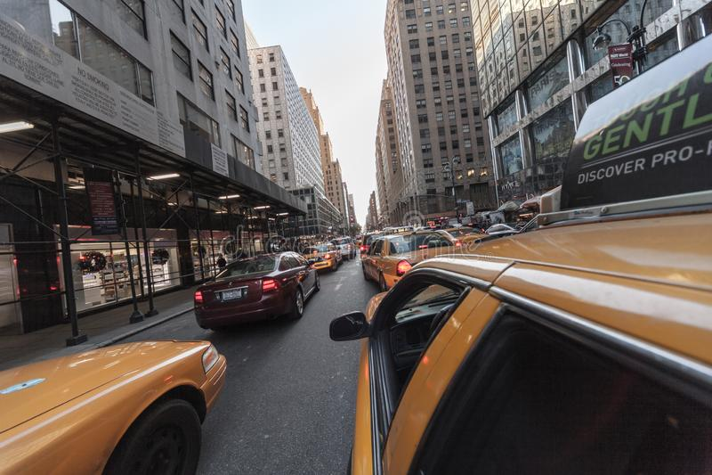 Gelbe Lkw-Warteschlange in der Lexington Avenue, New York City, USA lizenzfreies stockbild