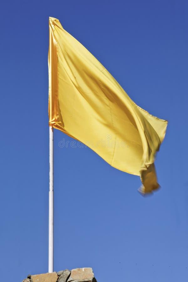 Gelbe Markierungsfahne, die im blauen Himmel flattert stockfotografie