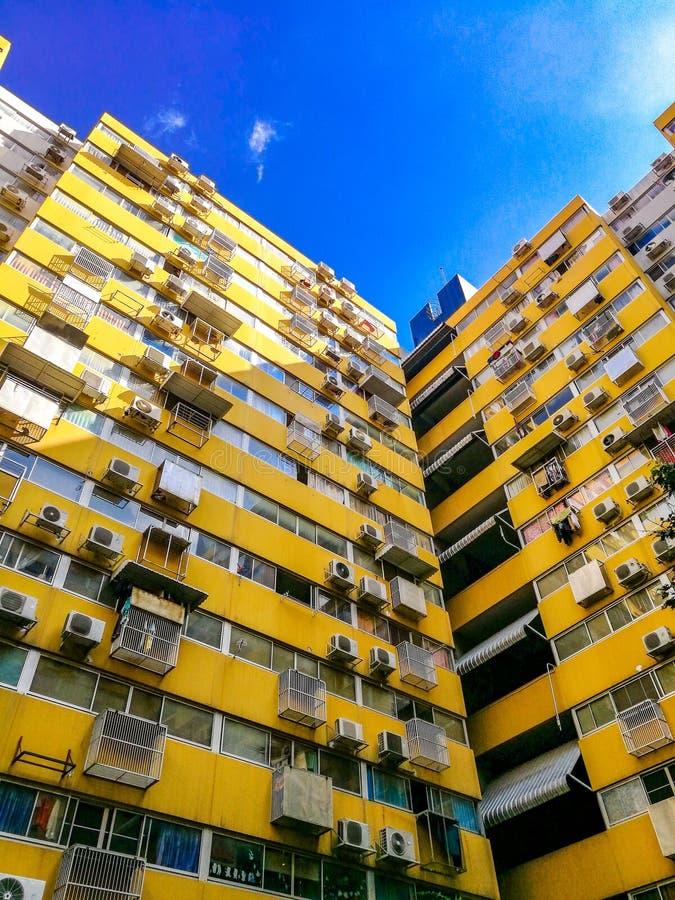 Gelbe Mengenwohnungseigentumswohnung in Bangkok, Thailand stockfotografie