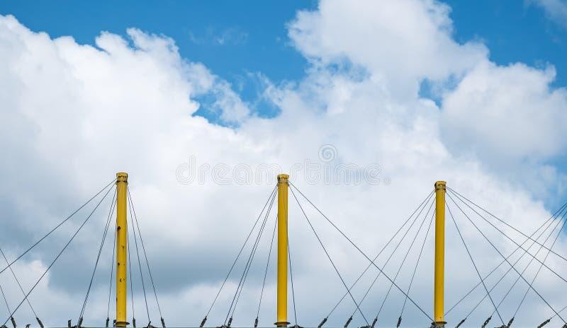 Gelbe Metallpfosten mit Abspannmast stockfotografie