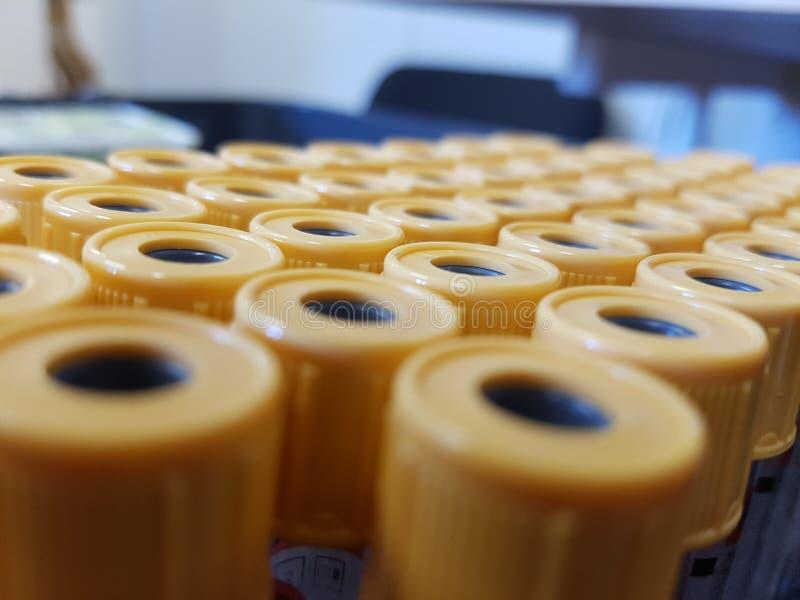 Gelbe Reagenzgläser in einem Muster lizenzfreie stockbilder