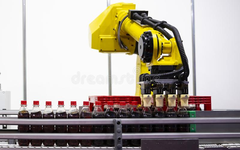 Gelbe Roboterarmsodaflaschen stockfotos