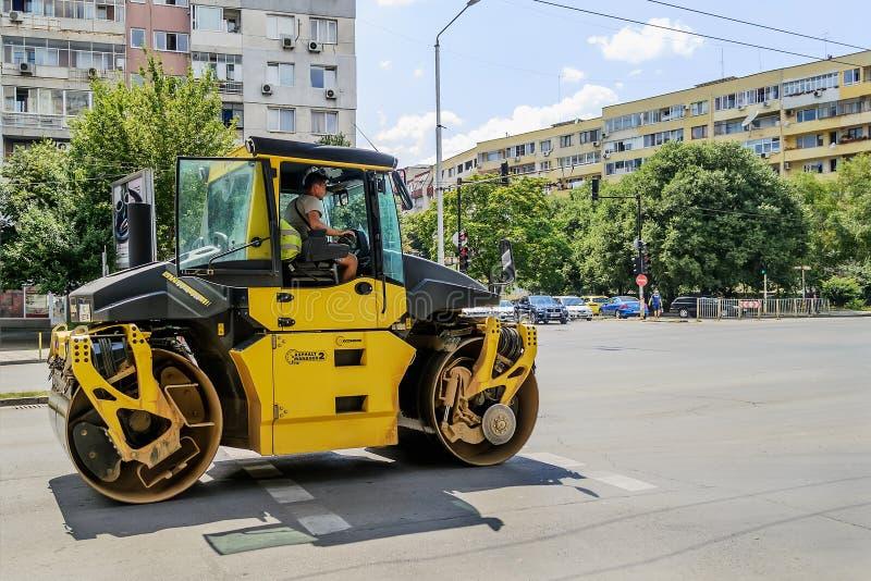Gelbe Rolle für Asphaltabdämmenverschiebung auf der Stadtstraße zum neuen constraction Standort Eine moderne Maschine f?r Asphalt stockfotografie