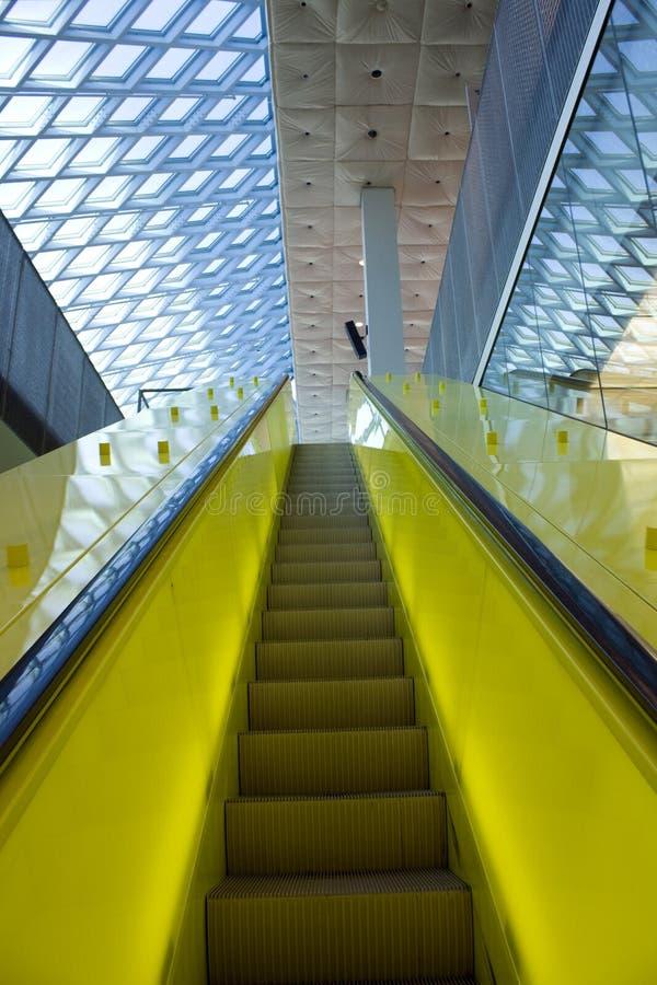 Gelbe Rolltreppe und blaues Dach lizenzfreies stockfoto