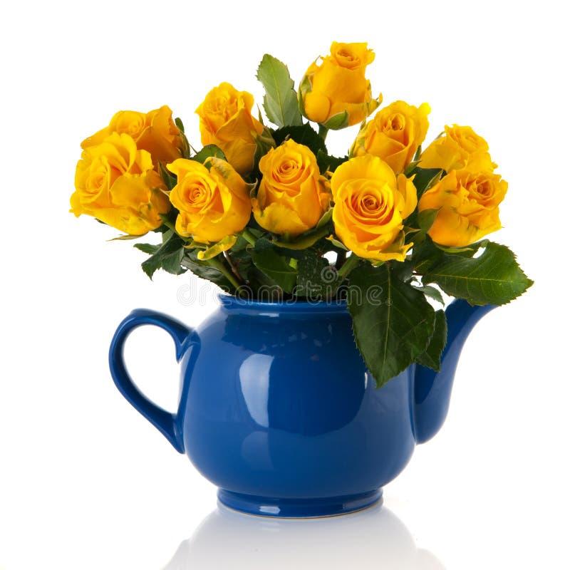 Gelbe Rosen des Blumenstraußes im blauen Topf stockbilder