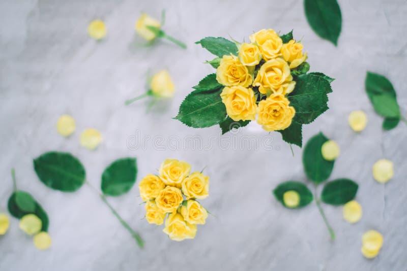 gelbe Rosen - Hochzeit, Feiertag und Blumengarten angeredetes Konzept lizenzfreies stockfoto