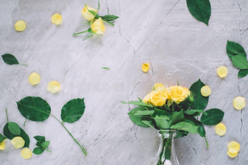 gelbe Rosen - Hochzeit, Feiertag und Blumengarten angeredetes Konzept lizenzfreie stockbilder