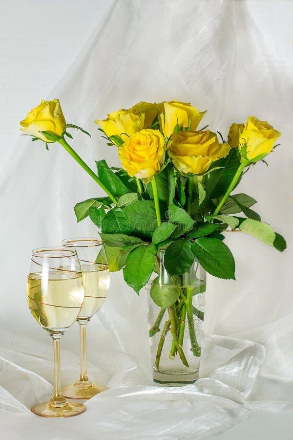 Gelbe Rosen und Gläser Wein lizenzfreie stockfotografie