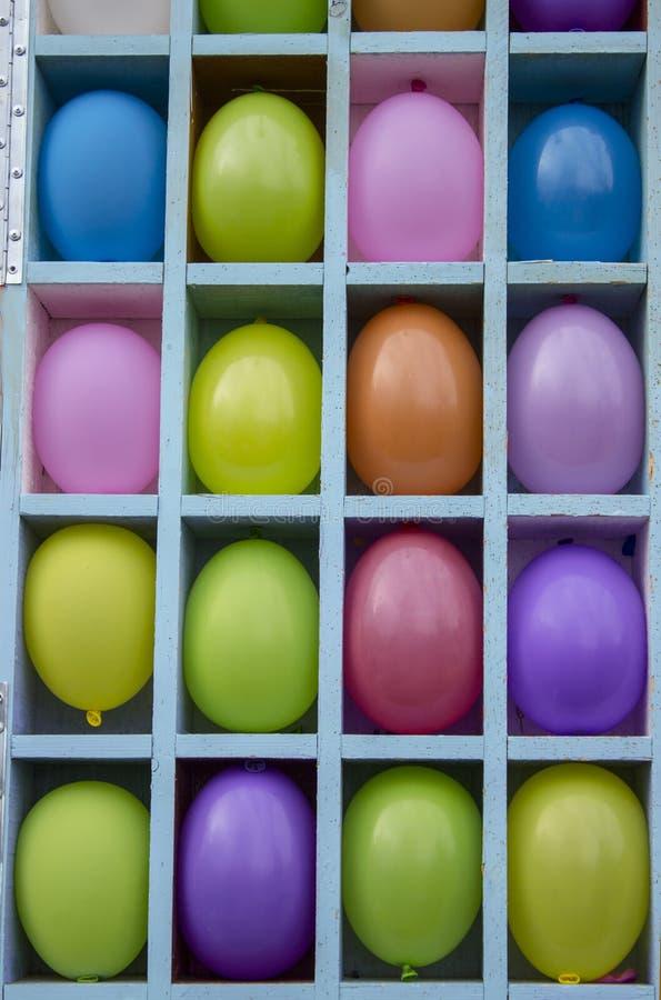 Gelbe, rote, purpurrote, blaue aufblasbare Ballone getrennt durch Sektoren stockfotos