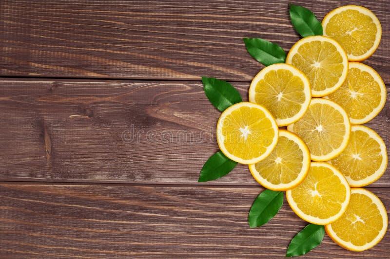Gelbe süße ioranges Cutted auf Tabelle stockbild