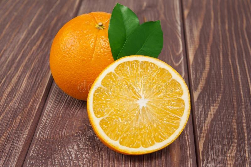 Gelbe süße ioranges Cutted auf Tabelle stockbilder