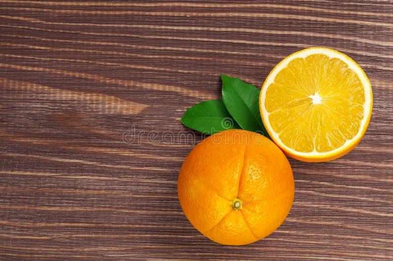 Gelbe süße ioranges Cutted auf Tabelle lizenzfreie stockfotografie