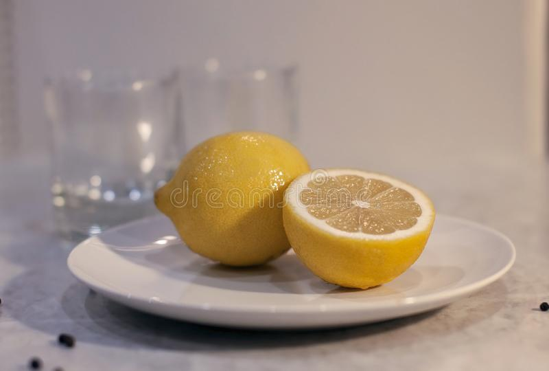 Gelbe saftige Zitrone, Schnitt in 2 Teile lizenzfreies stockbild