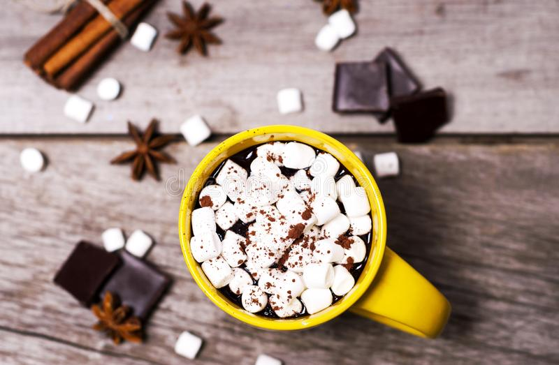 Gelbe Schale Kakao mit Eibischen, Sternanis und Zimt auf hölzernem Hintergrund stockfotos