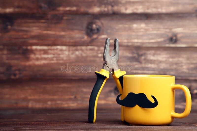 Gelbe Schale mit Zangen stockfotos