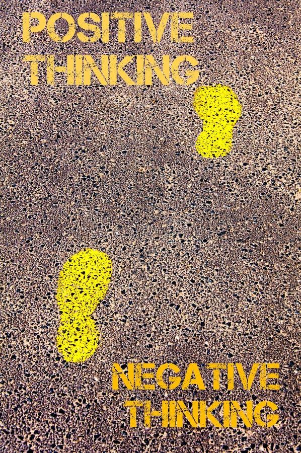 Gelbe Schritte auf Bürgersteig vom negativen Denken zur positiven denkenden Mitteilung Figürchen, die auf dem Recht und dem Rest  lizenzfreie stockfotografie