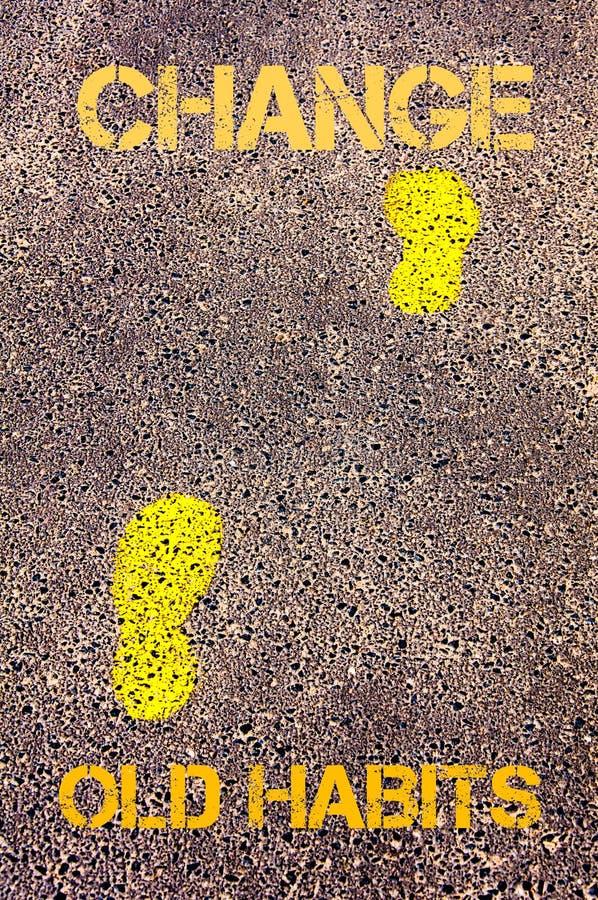 Gelbe Schritte auf Bürgersteig von den alten Gewohnheiten, zum der Mitteilung zu ändern Figürchen, die auf dem Recht und dem Rest lizenzfreies stockfoto