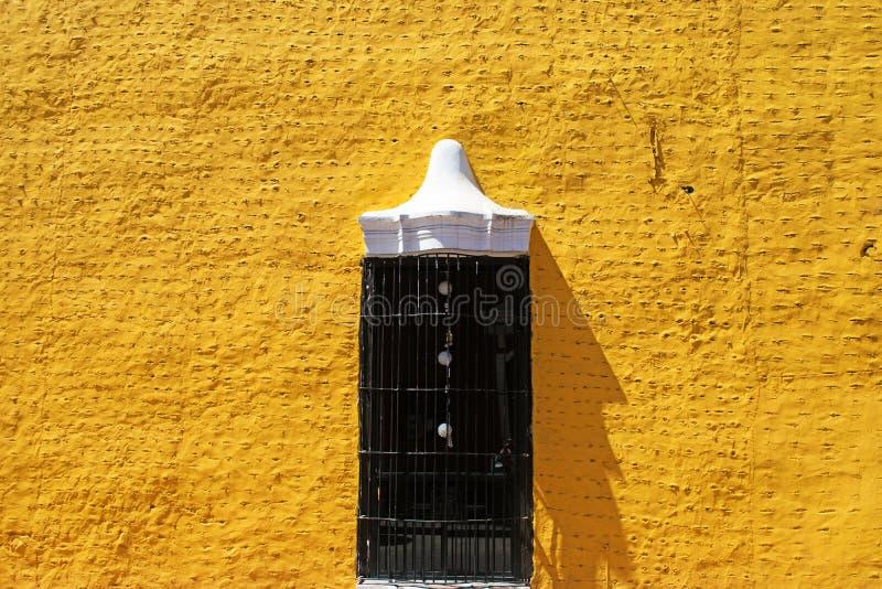 Gelbe spanische Kolonialartwand in Valladolid stockbilder