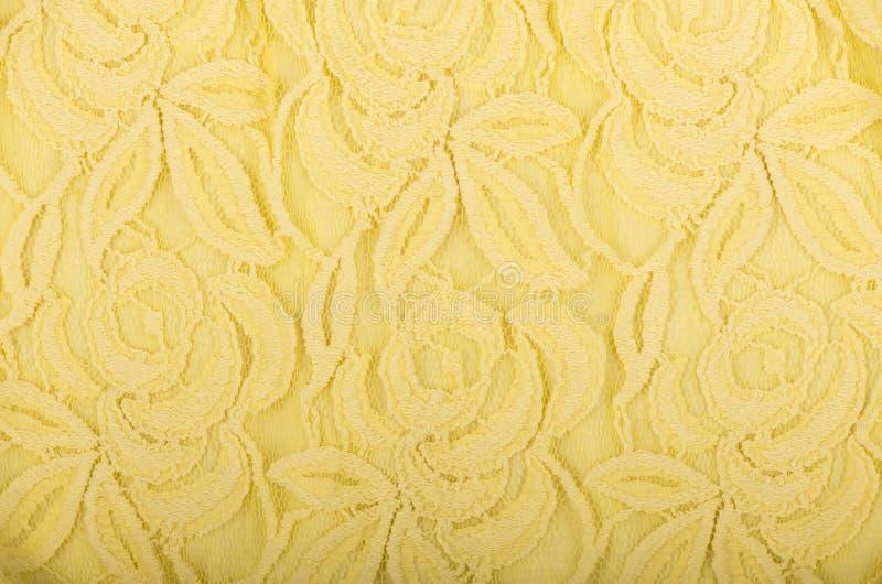 Gelbe Spitzebeschaffenheit mit Blumenmuster auf weißem Hintergrund stockbild