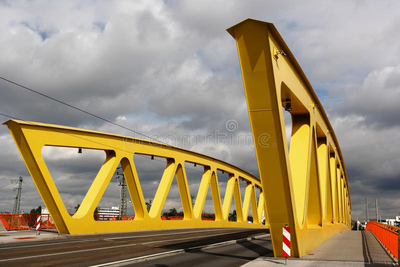 Download Gelbe Stahlbrücke, Bewölkter Himmel Stockfoto - Bild von draußen, niemand: 26354856