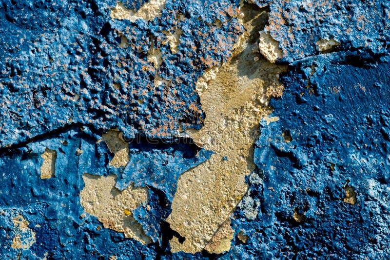 Gelbe Steinwand mit dem dunkelblauen Gips, der weg von/Schmutzwand läutet stockbilder