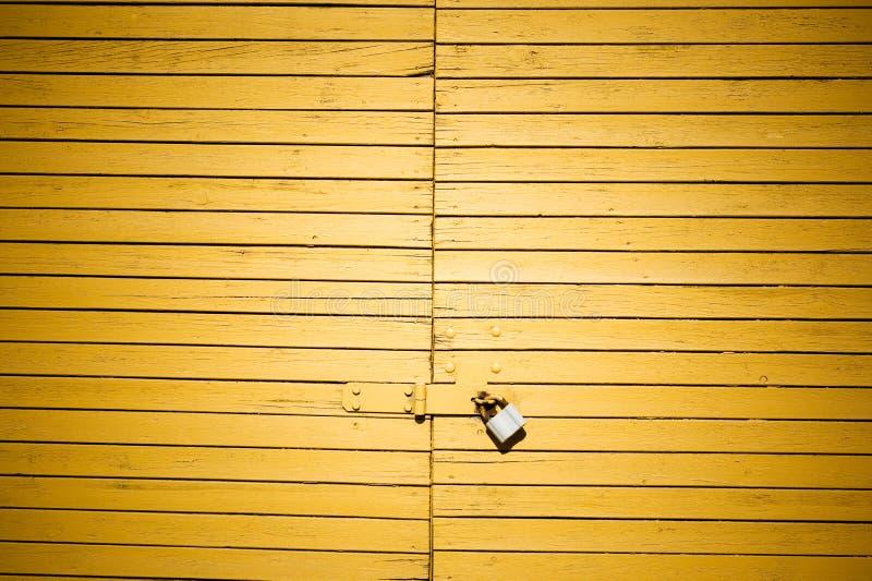 Gelbe Tür mit Verriegelung stockfoto