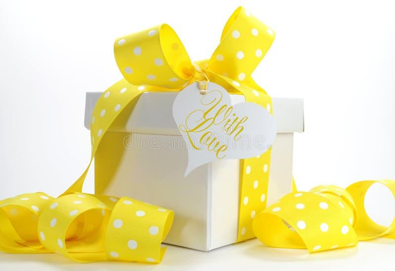 Gelbe Themageschenkbox mit gelbem Tupfenband stockfotos