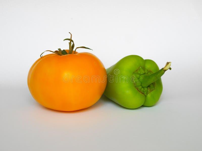 Gelbe Tomate und grüner Paprika stockbild