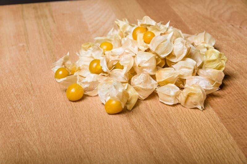 Gelbe tomatillos auf Schneidebrett lizenzfreie stockbilder