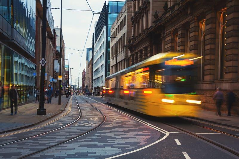 Gelbe Tram in Manchester, Großbritannien am Abend stockbild