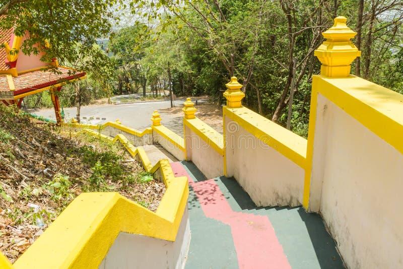 Gelbe Treppenwand an Sirey-Tempel, Phuket, Thailand Es ist alte birmanische Kunst stockbilder