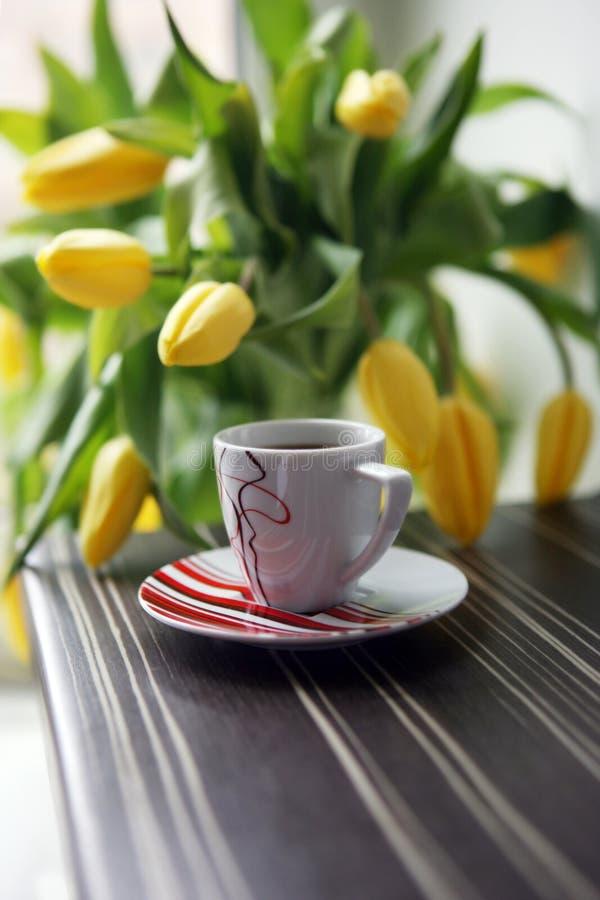 Gelbe Tulpen und Kaffee Guten Morgen lizenzfreies stockfoto