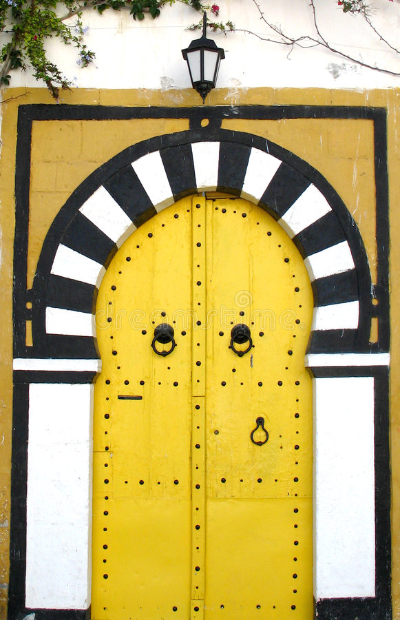Gelbe tunesische Türen lizenzfreies stockbild