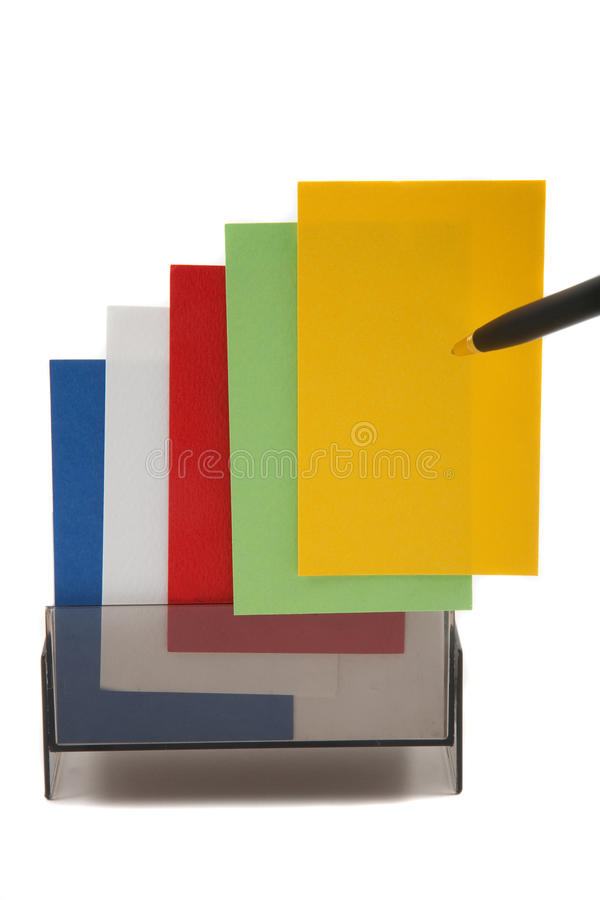 Gelbe (unbelegte) Karte des Geschäfts auf einem bunten Stapel stockbilder