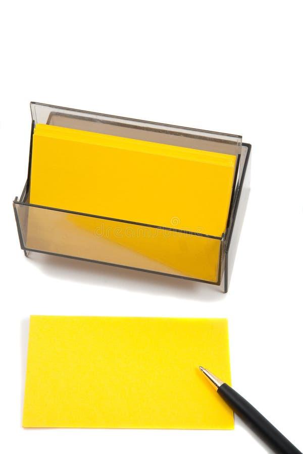 Gelbe (unbelegte) Karte des Geschäfts auf Weiß mit Feder lizenzfreie stockbilder