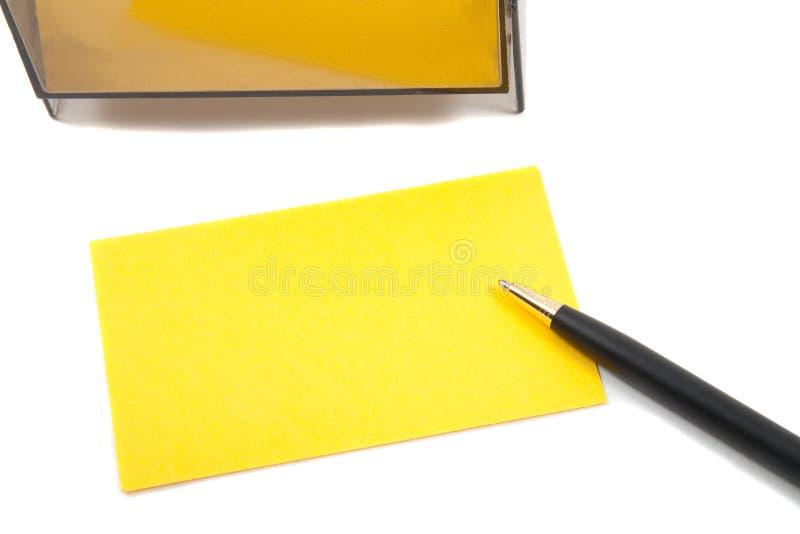 Gelbe (unbelegte) Karte des Geschäfts auf Weiß mit Feder stockfoto