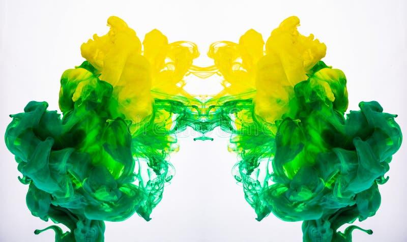 Gelbe und grüne Acrylfarbe, abstrakte Farbwolken unter Wasser Makroschuß des Acrylpigments mischend in der Flüssigkeit Zwei lizenzfreie stockfotos