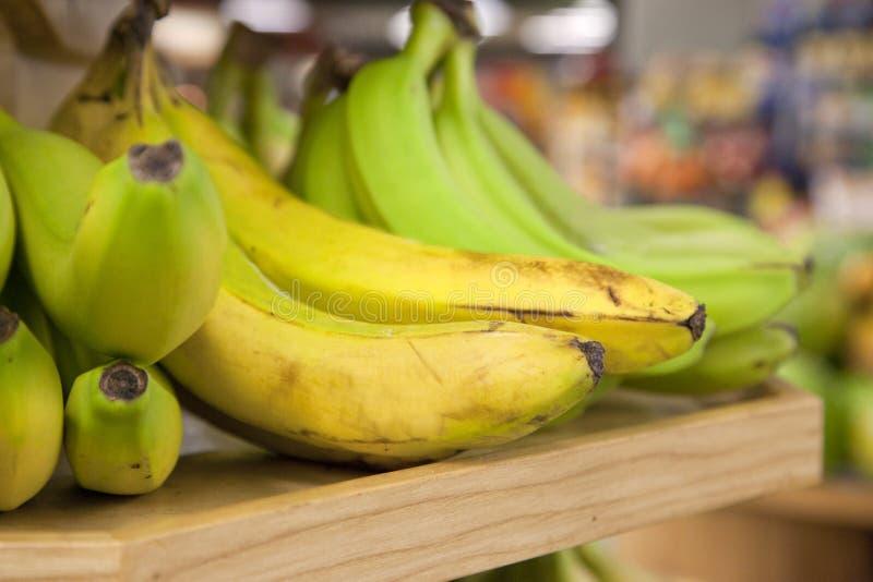 Gelbe und grüne Bananen lizenzfreies stockbild