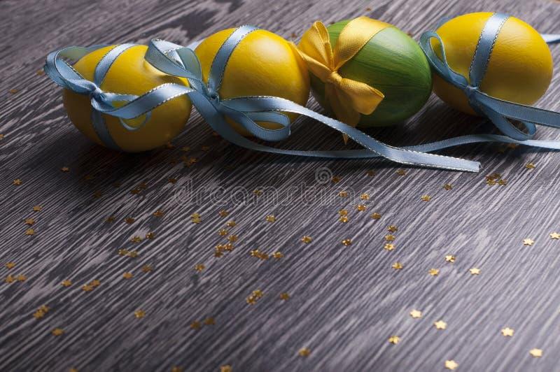 Gelbe und grüne Eier stockfotografie