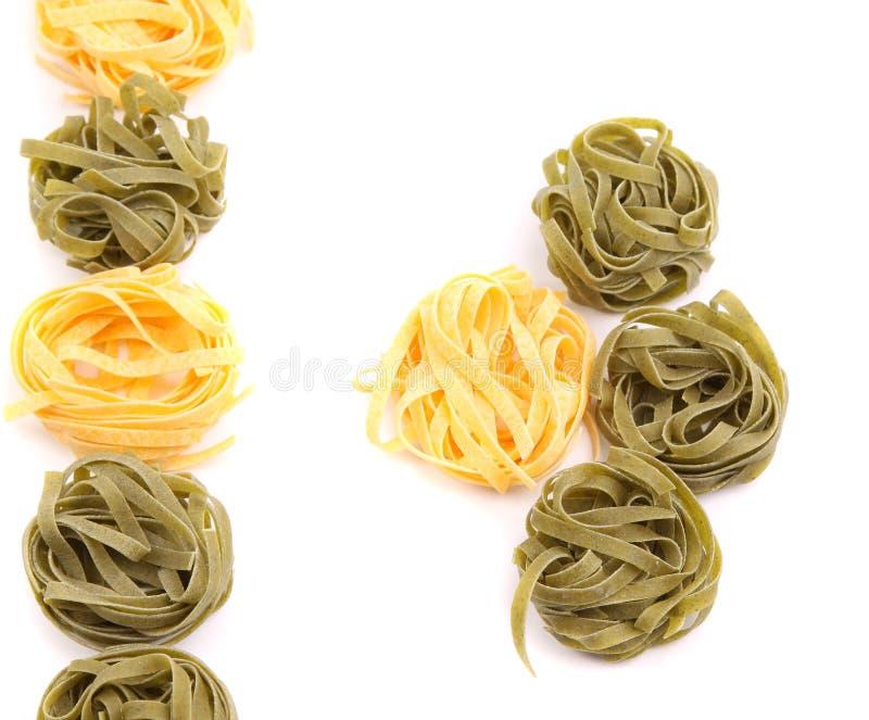 Gelbe und grüne ungekochte Bandnudeln lizenzfreie stockfotografie