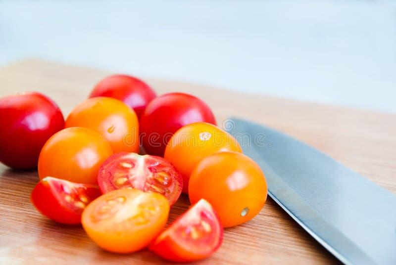 Gelbe und rote Kirschtomaten lizenzfreies stockfoto