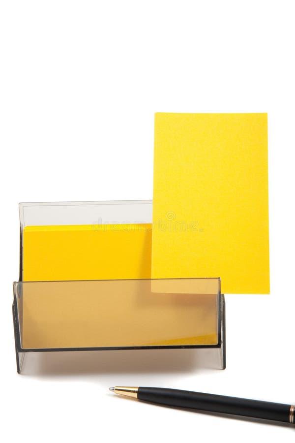 Gelbe Visitenkarte in einem Kasten mit leerem Platz stockfoto