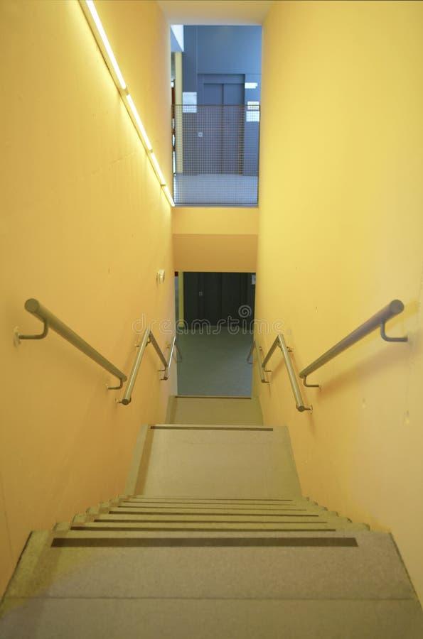 Gelbe Wände, die Innenraum mit Treppe und Handläufen errichten niemand lizenzfreie stockfotografie